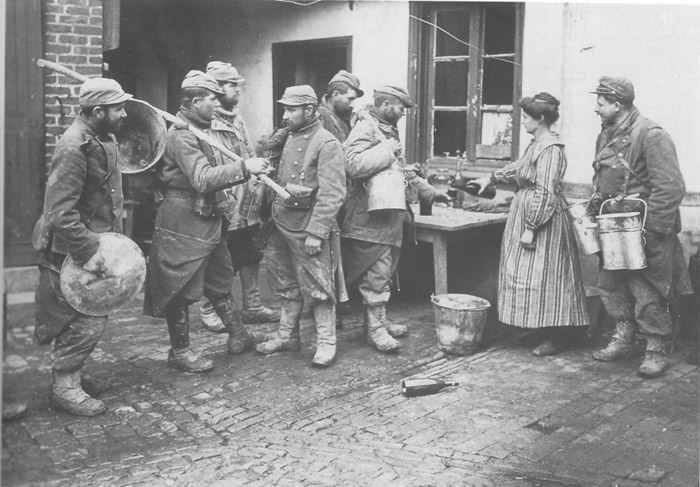 A group of mess-men prepare to bring the food to their men, 1914.