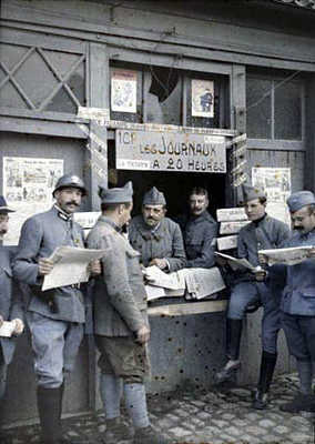 Soldiers gather around to pick up a copy of the latest paper, 1915.